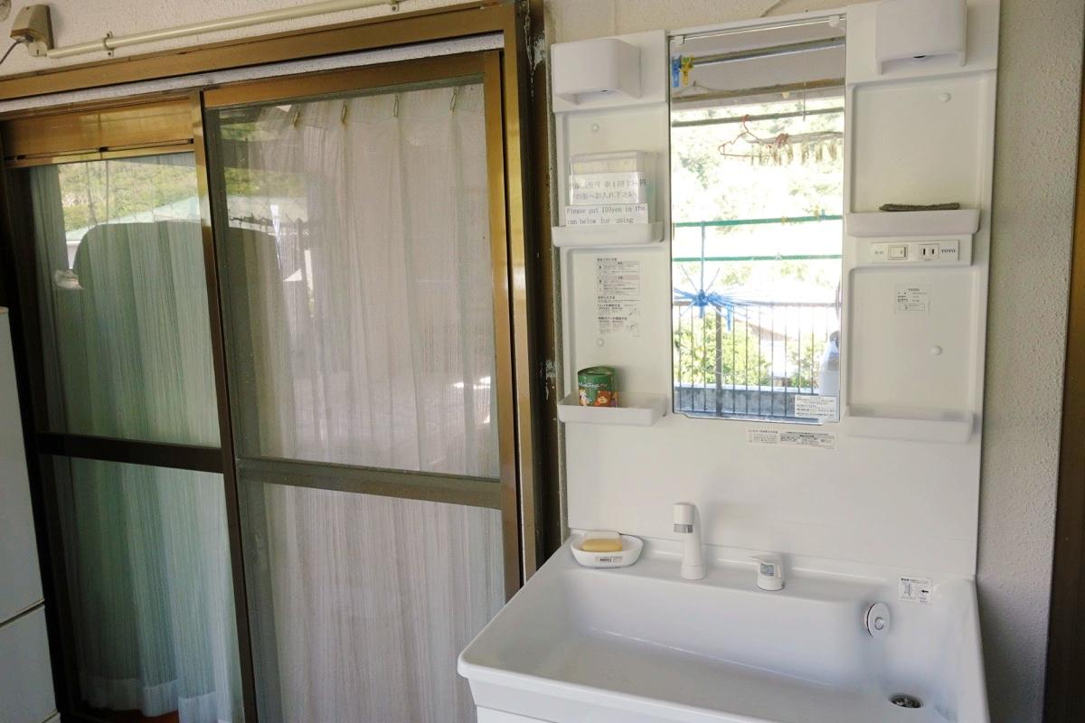 奄美ロングビーチの宿泊スペースの洗面台