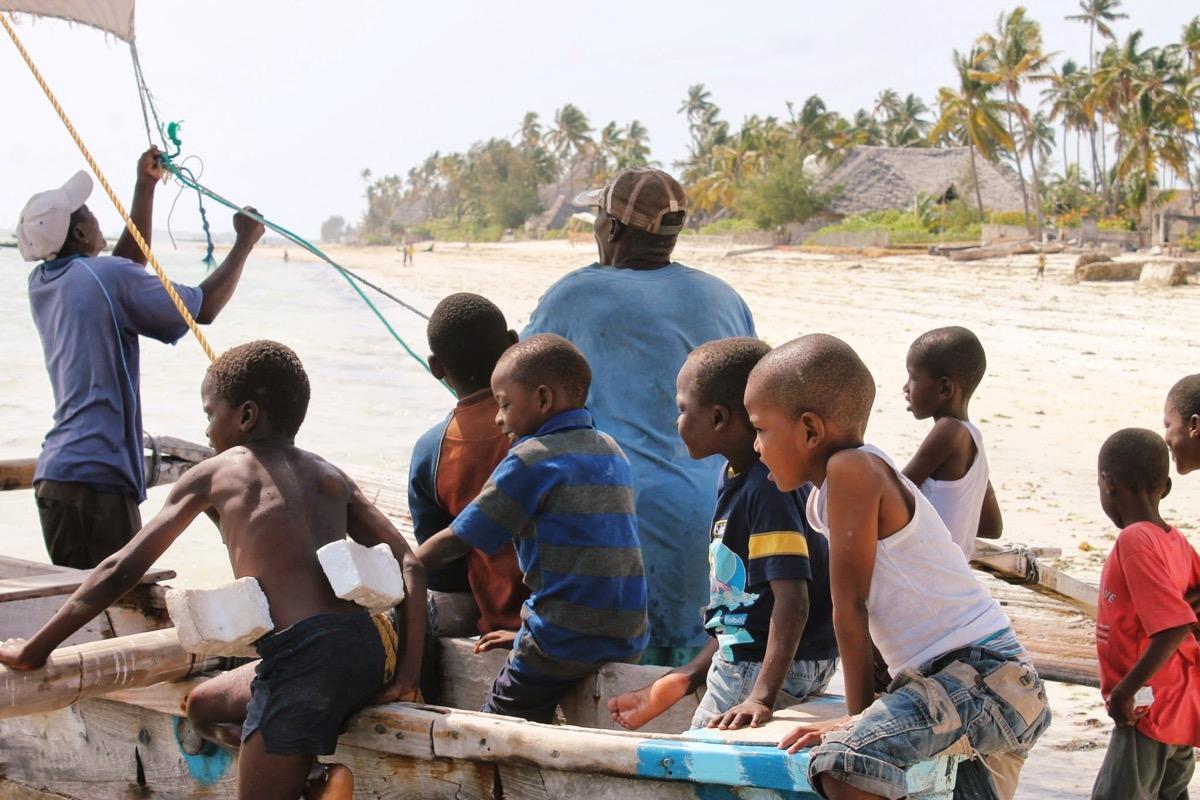 ビーチに集まる子どもたち